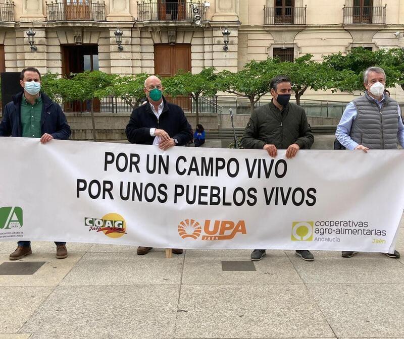 Cientos de tractores y vehículos se manifiestan en Jaén contra el decreto de convergencia de la PAC